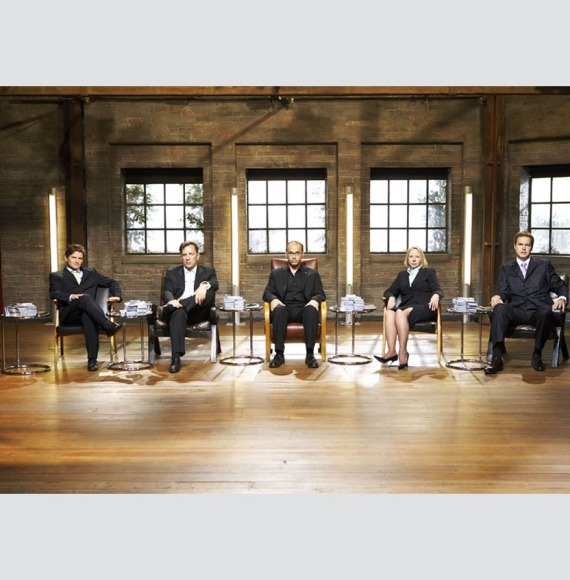 Posisi duduk para dragon saat menyaksikan presentasi >>Left to right - Richard Fairleigh, Duncan Bannatyne, Theo Paphitis, Deborah Meaden and Peter Jones.